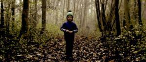 Bambina di quattro anni vaga per strada in ciabatte: trovata dalla polizia