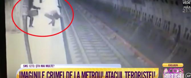 Terrore a Bucarest: squilibrata spinge una donna sotto un vagone della metro (video)