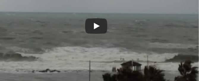 Raffiche di vento e bomba d'acqua su Roma. Forti mareggiate sul litorale  (video)