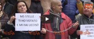 """Bus turistici """"uccisi"""" dalla giunta Raggi: arriva una bara in Campidoglio (video)"""