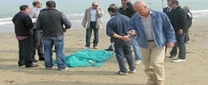 Ben vestito e coperto dalla sabbia: cadavere trovato in spiaggia a Ostia. È mistero