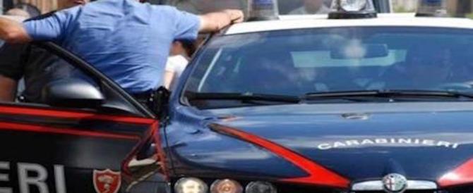 Si masturba davanti una scuola: prof e alunni chiamano i carabinieri