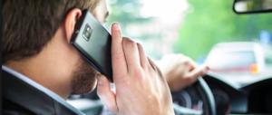 Cellulare alla guida, severità addio: non ci sarà più l'inasprimento delle sanzioni
