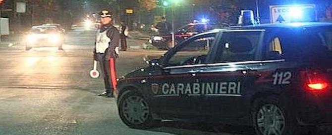Contromano e a fari spenti nella notte: fermato, aggredisce i carabinieri