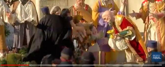 """Vergogna a San Pietro, """"femen"""" nuda prova a rubare il Bambin Gesù (video)"""