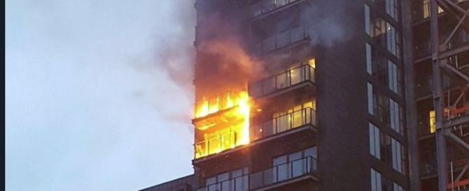 Inferno a Manchester: incendio devasta palazzo di 12 piani (video)