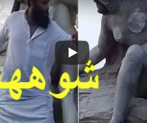 Islamista tenta di distruggere una statua di donna nuda a martellate (video)