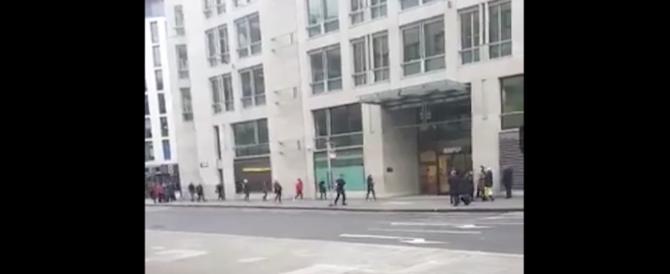 Londra, pacco sospetto: evacuata la metro St. Paul's. Ma era un falso allarme (video)