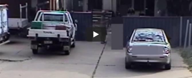 La mamma si distrae un attimo, un uomo tenta di rapire la figlia (video)