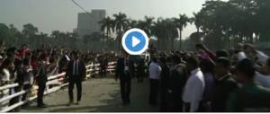 Paura per il Papa in Bangladesh: un traliccio elettrico cade e sfiora la sua auto (video)