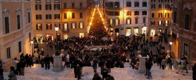 Roma, si fa un selfie a piazza di Spagna e uno straniero le prende la borsa