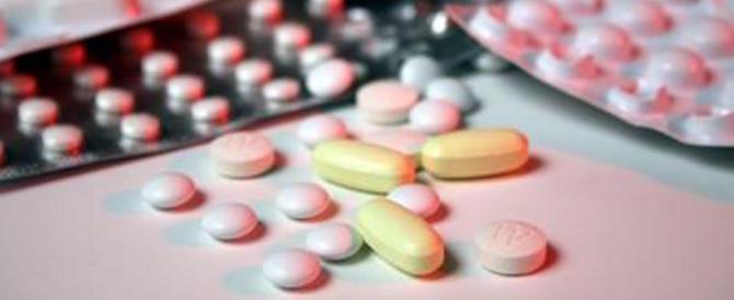 Dividere una pillola a metà è rischioso: ecco perché non va fatto