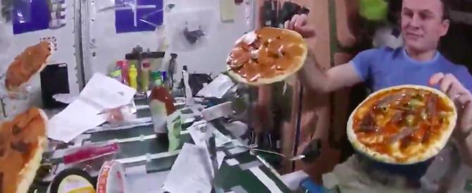 Pizza nello spazio: l'astronauta italiano Nespoli sorprende tutti (video)
