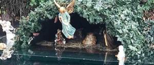 Gesù nasce su una zattera, bufera sul presepe pro-migranti: è un oltraggio