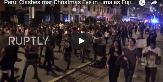 Lima, migliaia in piazza contro la grazia all'ex presidente Fujimori: scontri e disordini (VIDEO)