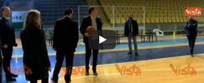 Renzi disastroso anche sotto canestro: la palla non entra mai… (video)