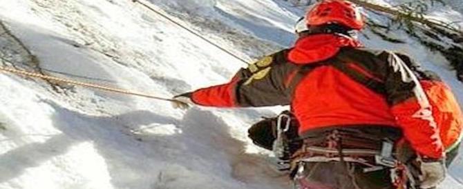 Scivola sul ghiaccio e muore: il cane lo veglia fino all'arrivo dei soccorsi