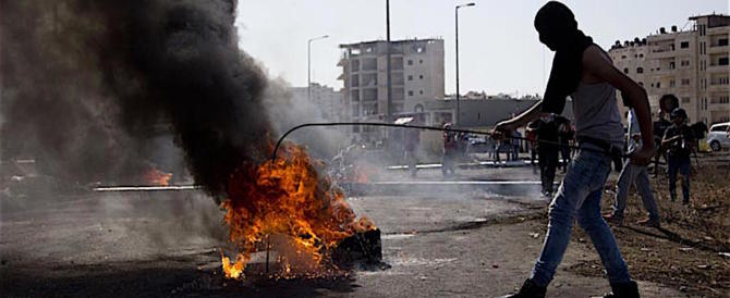 Aumentano gli scontri, la maggioranza dei palestinesi favorevole alla guerra