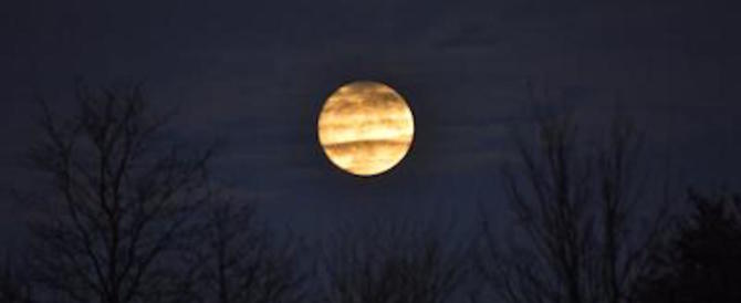 """La """"Superluna"""" è tornata: le prime immagini hanno emozionato il mondo"""