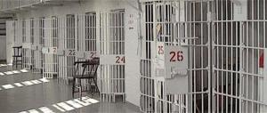 Emergenza carceri: detenuto tenta di strangolare un agente, bloccato