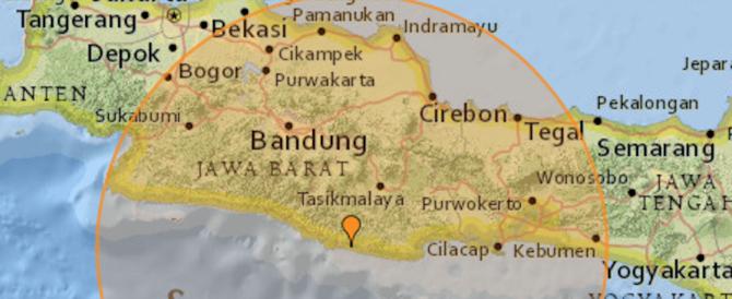 Terremoto in Indonesia: crollati diversi edifici, è allerta tsumani (video)