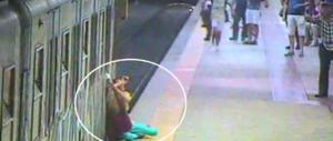 """Donna trascinata nella metro, """"perdonato"""" il macchinista che mangiava (video)"""