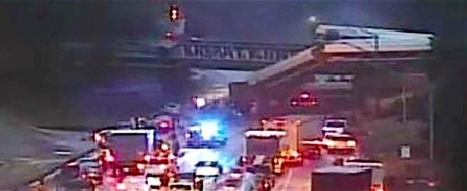 Usa: treno deraglia e precipita sull'autostrada, tre morti (Video)