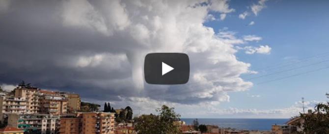 Tromba d'aria nei cieli di Sanremo: panico e danni (video)