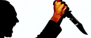 Prato, nordafricano insulta e minaccia poliziotti con un coltello: arrestato