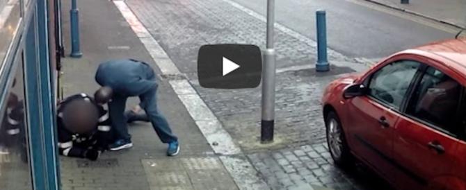 Il vigile gli fa la multa, lui reagisce così e finisce in galera (video)
