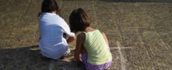 Abusi sessuali sull'amichetta di sua figlia, una bimba di 10 anni: orrore a Reggio
