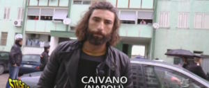 """Ancora botte a Brumotti di """"Striscia"""" a Caivano: nella gang anche un bambino (video)"""