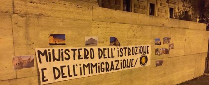 Studenti in visita dai migranti, la Fedeli fa il ministro dell'accoglienza: la protesta