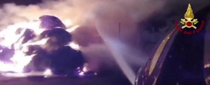 Savona, in fiamme deposito rifiuti: scuole chiuse, si teme il disastro ambientale