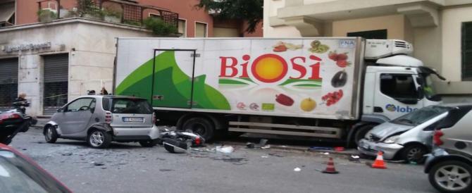 Roma, autista perde il controllo del camion e si schianta contro un palazzo