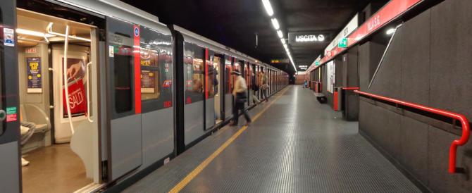 Metrò, controllori presi a bottigliate a Milano da due stranieri: non volevano scendere