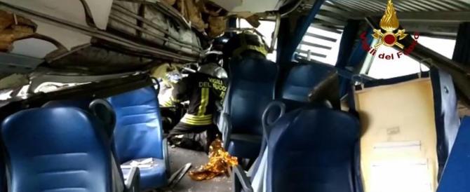 Treno deragliato, la furia dei pendolari: «Assassini». È bufera sui social