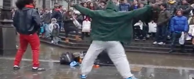 Ladro ballerino, fingeva di esibirsi in strada e all'improvviso rapinava i turisti