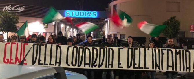 Gene Gnocchi torna a La7. Davanti agli studi uno striscione di protesta