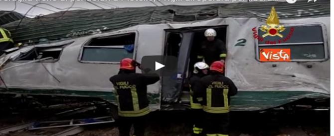 Treno deragliato, 3 morti. Un testimone: «Tremava tutto, carrozze squarciate» (video)