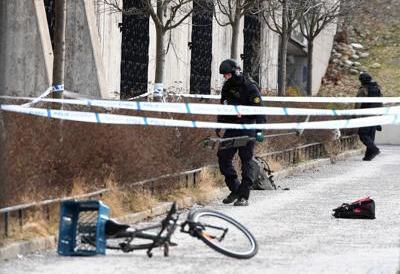 Stoccolma, raccoglie bomba a mano da terra di fronte alla metro: morto