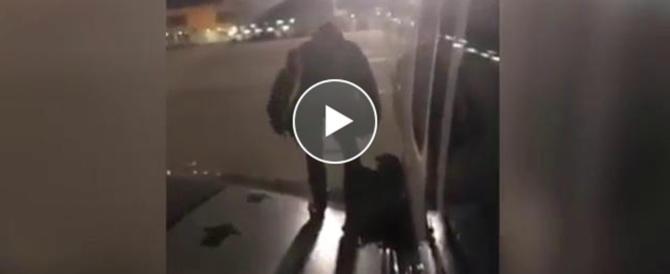 """Follia sul volo Ryanair: """"Io esco dall'ala"""". Passeggero apre il portellone e salta (video)"""