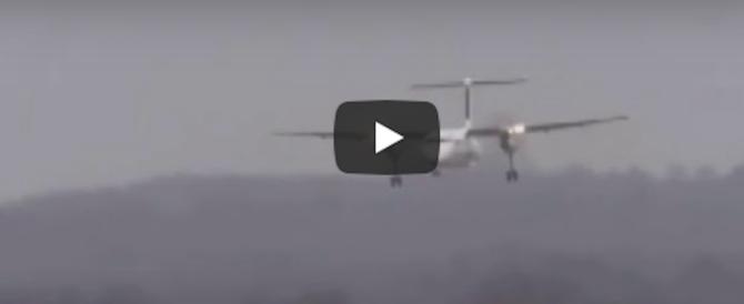 Vento fortissimo, terrore a Dusseldorf per un aereo che cerca di atterrare… (video)