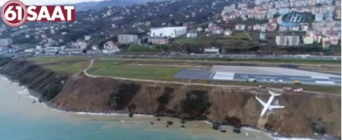 Turchia, aereo passeggeri fuori pista: scivola fino in riva al mare (VIDEO)