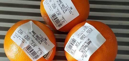 Tassa sui sacchetti: rivolta sui social. C'è chi accusa Renzi e chi pesa un'arancia per volta…