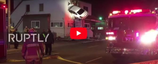 """L'auto finisce al primo piano del palazzo. Le telecamere riprendono il """"volo"""" (video)"""