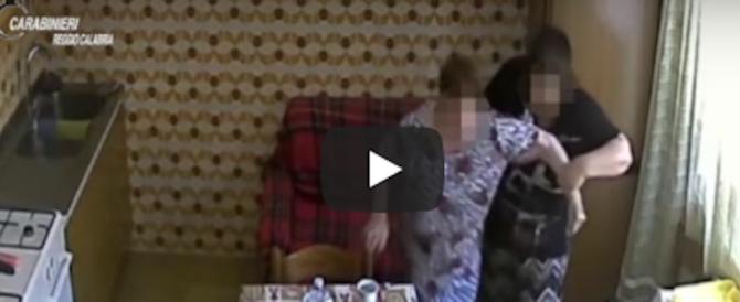 Badante romena sevizia anziana disabile. Incastrata da questo video