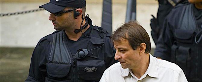 I legali di Cesare Battisti chiedono la revoca del braccialetto elettronico