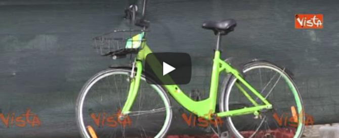 Roma riprova a lanciare il bike sharing, le bici finiscono nel Tevere (video)