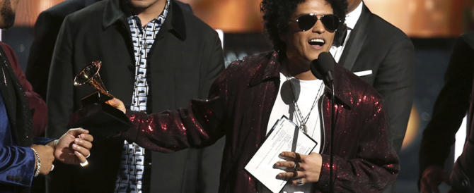 Bruno Mars trionfa ai Grammy awards. E c'è chi scomoda Michael Jackson (video)